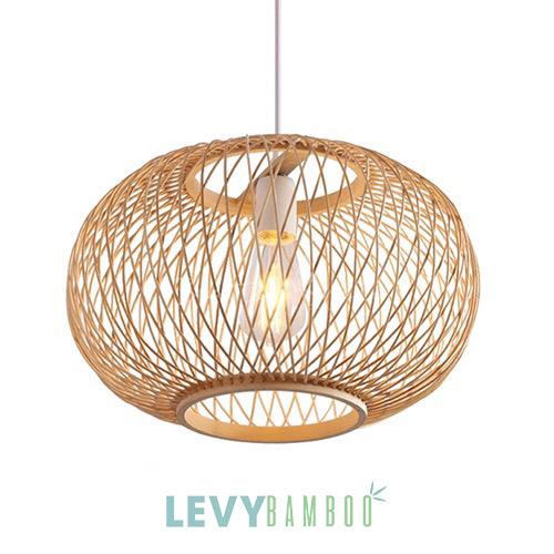 Hiện nay đèn mây tre được dùng rộng rãi trong các gia đình Việt, đặc biệt là ở các cơ sở kinh doanh như nhà hàng, quán cafe, khách sạn, homestay. Đèn được thiết kế cho nhiều phong cách trang trí khác nhau từ mộc mạc, cổ xưa cho đến hiện đại, sang trọng. Tất cả đều có mặt tại Levybamboo Xưởng sản xuất đèn mây tre đan xuất khẩu - Lê Vy Bamboo Các mẫu đèn mây tre tương tự có thể bạn sẽ thích Lê Vy Bamboo nhận làm nhiều mẫu đèn thả bằng mây tre đan lắm. Nếu bạn không bán được mẫu này thì có thể xem thêm các mẫu khác tương tự nhé Đèn tăm tre gắn tường – DMT203 – Bamboo Lighting Đèn nan tre gắn tường – DMT204 – Bamboo Lighting Đèn tăm tre trang trí – DMT205 – Bamboo Lighting Đèn mây tre thả trần – DMT206 – Bamboo Lighting Hướng dẫn đặt hàng Hãy lưu lại mã số DMT207 và gửi các mã sản phẩm khác mà bạn muốn đặt cùng cho chúng tôi qua - Hotline: (Zalo) 0975 269 432 - Chát với nhân viên hỗ trợ ở khung chát tawk.to ở góc phải bên dưới màn hình. - Gửi email cho Lê Vy Bamboo - levybamboo@gmail.com Phương thước thanh toán & vận chuyển Xưởng Lê Vy sẽ giao hàng cho bạn khi đã nhận được 100% gía trị đơn hàng. Và chúng tôi không có ngoại lệ khác. Xưởng chúng tôi đã làm như vậy với tất cả các shop ở TPHCM, ở Đà Nẵng và Hà Nội các cửa hàng mây tre. Lê Vy sẽ đóng bao và chuyển đến đơn vị vận chuyển mà chúng ta đã thoải thuận trước. Ngoài ra chi phi vận chuyển shop sẽ phải chi trả. Thời gian giao hàng đèn mây tre Đối với mã đèn này chúng tôi thường có sẵn. Và tuỳ vào số lượng bạn đặt hàng mà chúng tôi sẽ báo thời gian giao cụ thể khi đặt đơn.1
